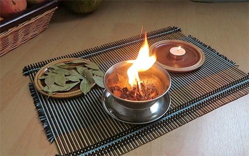 поджигание лаврового листа