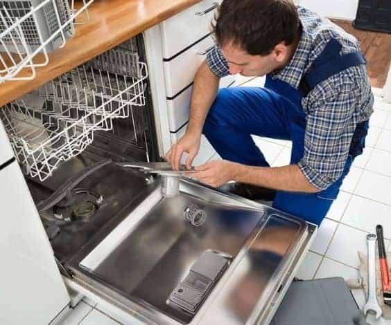 мастер чинит посудомойку