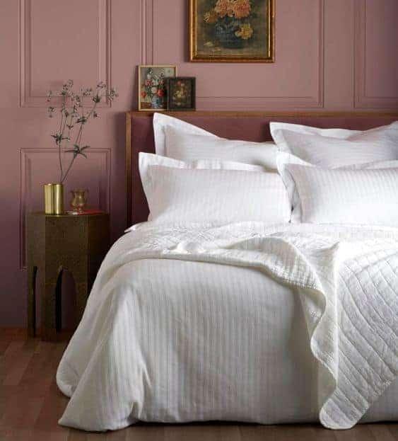 кровать в отеле с белым постельным бельем