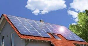солнечние панели на крыше дома фото